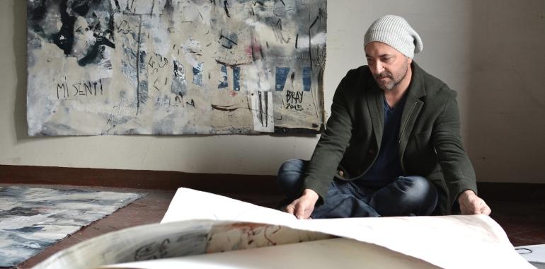 Nella foto, l'artista Luca Bray