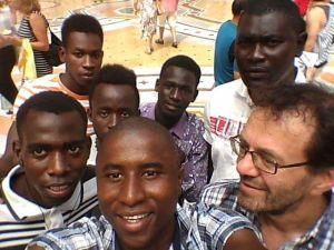 frate giuseppe con i ragazzi richiedenti asilo